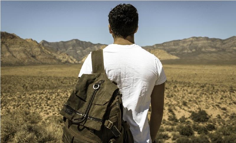 persona viajera mochila