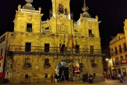 Ferrero Rocher hace brillar Astorga, mejor pueblo anfitrión de España, y viste de luz plazas, calles y balcones