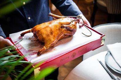 Hutong y el auténtico pato de Pekín hecho en un horno de piedra refractaria traído de China