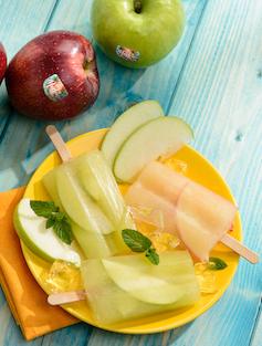 Cómo preparar polos sanos y frescos de zumo de manzana