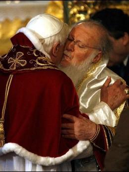 Benedicto abraza a Bartolomé