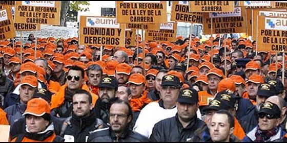 Militares españoles de paisano se manifiestan ante el Ministerio de Defensa.
