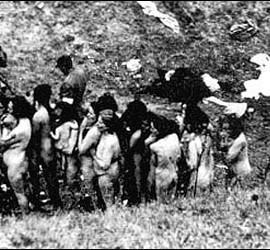 Un grupo de mujeres espera a ser fusiladas por los nazis.