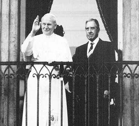 JPII_Pinochet-balcon.jpg