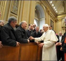 Benedicto saluda a curas romanos