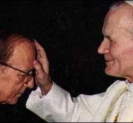 Juan Pablo II bendice en México a Marcial Maciel