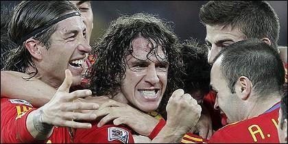 Ramos, Pujol, Iniesta y los demás jugadores, celebran el gol a Alemania.