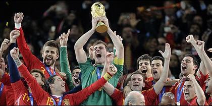 Casillas levanta la copa de Campeones del Mundo entre todos los jugadores españoles.