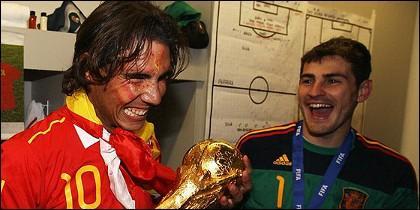 Rafael Nadal toma la Copa del Mundo en presencia de Iker Casillas en los vestuarios de Johanesburgo.