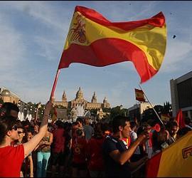 Seguidores de la selección española en la avenida Maria Cristina de Barcelona durante la final del Mundial.