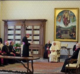 Fotografía cedida por el diario L'Osservatore Romano el pasado 8 de mayo que muestra al papa Benedicto XVI (c) durante la audiencia que mantuvo con obispos belgas para tratar sobre los caso de presuntos abusos.