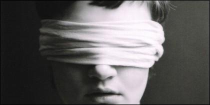 Una venda sobre los ojos.