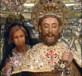 La Reina Sofía realiza el rito de los peregrinos de abrazar la imagen del Apóstol Santiago.