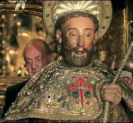 El Rey Juan Carlos realiza el rito de abrazar la imagen de Santiago, tras la Ofrenda Nacional al Apóstol, en Santiago de Compostela.