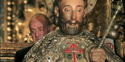 El Rey Juan Carlos abraza la imagen de Santiago, tras la Ofrenda Nacional al Apóstol, en Santiago de Compostela.