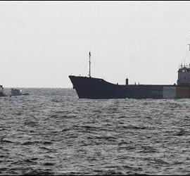 El barco 'Rachel Corrie' (d), de la 'Flotilla de la libertad', pilotado por una tripulación del ejército israelí, se dirige al puerto de Ashdod, en el sur de Israel.