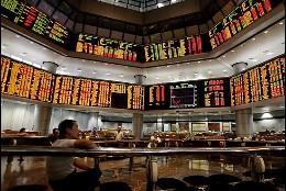 Un inversor observa los paneles en la Bolsa.
