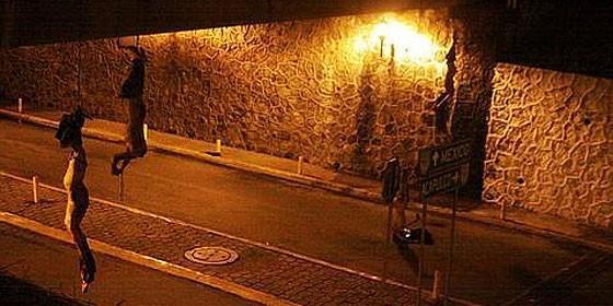 Los cuerpos de cuatro jóvenes decapitados atados y colgando de un puente en la autopista México-Acapulco, en Cuernavaca.