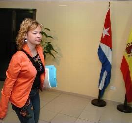 La secretaria de Organización del PSOE, Leire Pajín,  camina por el aeropuerto José Martí de La Habana durante una visita a Cuba en 2007.