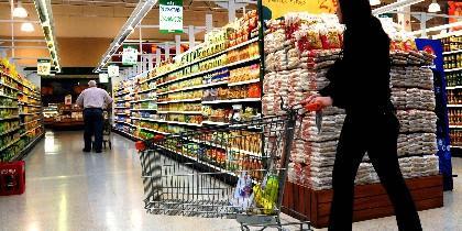 Con el carrito de la compra en el supermercado.