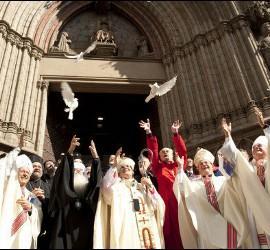 Sistach, Filaret y demás líderes religiosos sueltan palomas en Santa María del Mar
