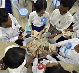 <p>Responsables electorales contando votos en un centro en Naypyitaw, la capital de Birmania, este domingo, durante las primeras elecciones celebradas en el país en dos décadas. EFE</p>