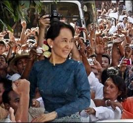 <p>La líder de la oposición birmana Aung San Suu Kyi sonríe a sus seguidores ayer a su llegada a la sede del partido Liga Nacional por la Democracia (NLD )en Rangún, Birmania. EFE</p>