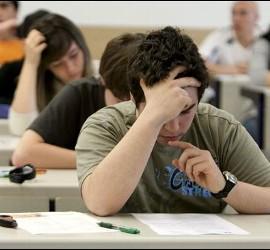 Un estudiante concentrado en su examen.
