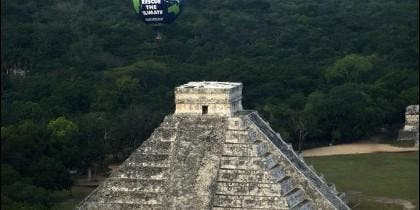 Un globo vuela sobre una pirámide azteca en Cancún