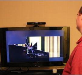 Brian muestra  aun amigo cómo ha quedado su televisor tras el impacto de un anillo en la pantalla.