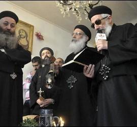 <p>Los sacerdotes coptos cristianos visitan los familiares de una de las víctimas de la explosión de la iglesia copta hace tres días, en el norte de la ciudad de Alejandría, Egipto. EFE</p>