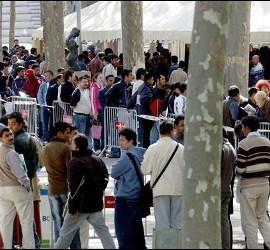 Centenares de inmigrantes hacen cola para obtener el certificado de empadronamiento.