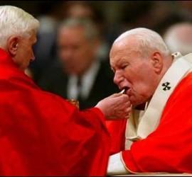 Ratzinger da la comunión a Juan Pablo II
