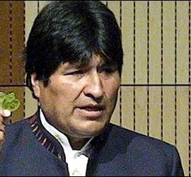 Evo Morales con una hoja de coca.