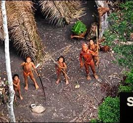 Fotografía que muestra a algunos miembros de la tribu indígena.