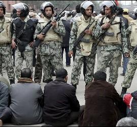 <p>Activistas anti-Mubarak se niegan a retirarse y se sientan ante soldados egipcios en las proximidades de la Plaza Tahrir en El Cairo. EFE</p>
