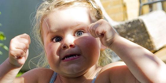 Una niña en plena rabieta.