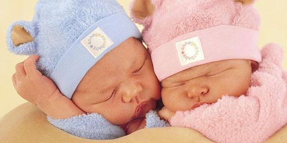 Mujer británica da a luz a gemelos con 12 días de diferencia