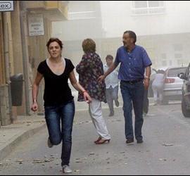 Una mujer corre en una calle de Lorca.