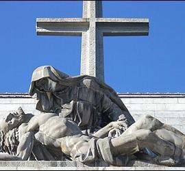 La Piedad obra de Juan de Ávalos situada al pie de la cruz del Valle de los Caídos.