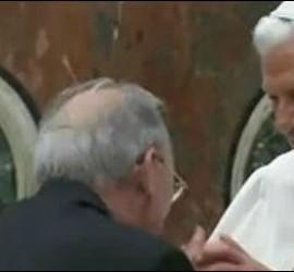 Olegario saluda a Benedicto XVI durante la entrega del premio