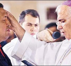 Hugo Chávez recibir la extremaunción de manos del obispo Moronta.