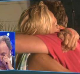 Rosa Benito abraza a su hijo ante la mirada de Amador Mohedano.