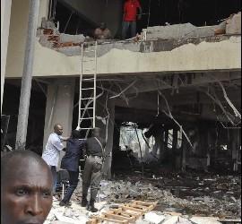 Miembros de los servicios de rescate trabajan en la sede de la ONU en la capital de Nigeria, Abuya.