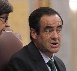 El presidente del Congreso, José Bono, charla con la vicepresidenta primera Teresa Cunillera durante el pleno de la Cámara Baja.