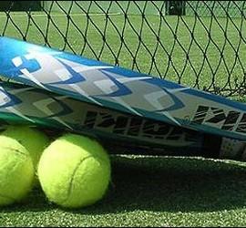 Raqueta y pelotas de pádel.