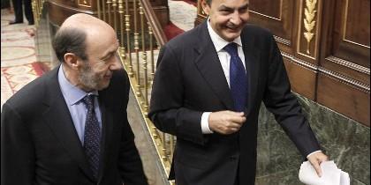 El presidente del Gobierno, José Luis Rodríguez Zapatero (dcha), junto al cabeza de lista del PSOE en las elecciones del 20-N, Alfredo Pérez Rubalcaba, el pasado 22 de septiembre.