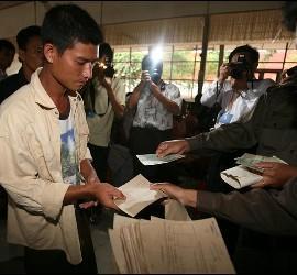 Un hombre recibe la orden de puesta en libertad en la prisión Insein, en Rangún (Birmania).