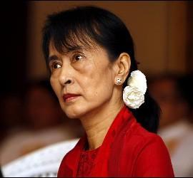 <p>La premio Nobel de la Paz Aung San Suu Kyi asiste al taller sobre Reforma Financiera y Reducción de la Pobreza en Rangún (Birmania). EFE</p>