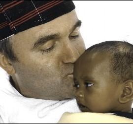 Munilla, con un niño etíope